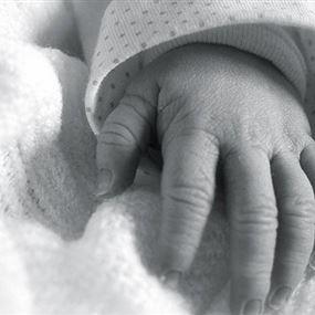 وفاة ابن السنتين بعد سقوطه من بين يدي والده