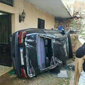 بالصورة: سيارة تقتحم سقف منزل وتستقر امام مدخله