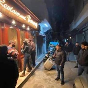 بالفيديو.. محتجون يلاحقون وليد جنبلاط إلى أمام أحد المطاعم