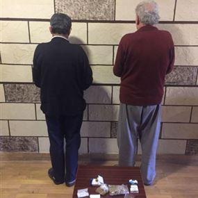 بالصورة: مسنّان يروجان ويتعاطان المخدرات!