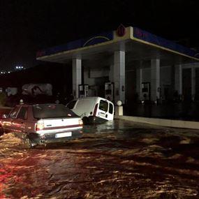 بالفيديو: الأمطار حوّلت مسلكي أوتوستراد البترون إلى بُحيرة مياه