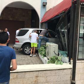 سيارة تجتاح مطعما في جونية