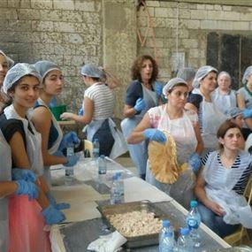 بالصور: على طريقتهن نساء يساعدن الجيش اللبناني