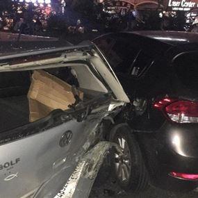 سيارة تصطدم بعدد من السيارات التي قطع بها المحتجون الطريق