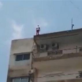 بالفيديو: محاولة إنتحار عاملة من على سطح مبنى في الجديدة!