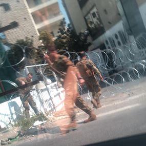 بالصور: اقفال الطرقات وانتشار أمني كثيف في عوكر