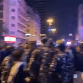 القوى الأمنية تحاول فتح الطريق عند تقاطع الرينغ (فيديو)