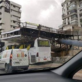 بالصور: سقوط لوحة اعلانية على باص في جونيه