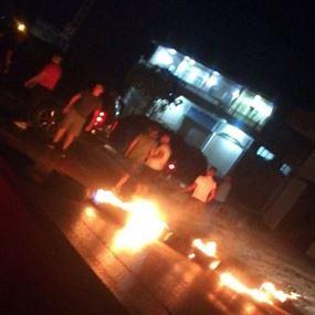 شبّان يقطعون طريق إيعات احتجاجًا