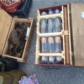 دهم مجمع سكني ومصادرة كمية من الأسلحة والذخائر (صور)