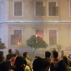 اندلاع حريق في مقر بلدية طرابلس بعد رشقه بقنابل مولوتوف