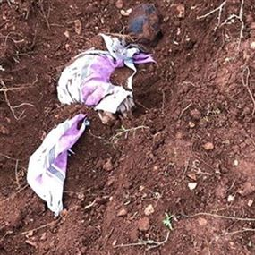 بالصورة: جثة مصابة بطلق ناري ومدفونة تحت الأرض