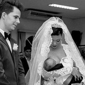 أقدمت على إرضاع طفلها أثناء حفل زفافها!