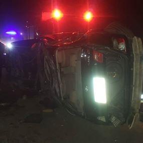 ثلاثة جرحى إثر اصطدام سيارتين وانقلاب احداهما