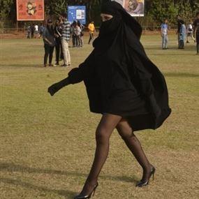 هذه هي القصة الكاملة لظهور فتاة منقبة ترتدي تنورة قصيرة