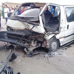 بالصور: 10 جرحى في حادث سير بين سيارة وحافلة