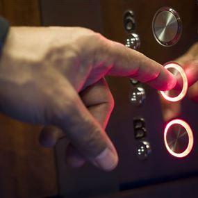 بالفيديو: هاتف يتسبب بقطع ساق سيدة في المصعد!
