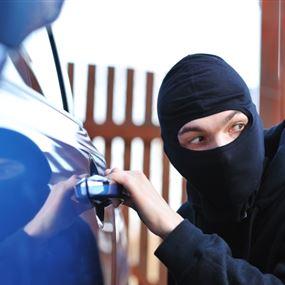استغل انشغال السائق في الصيدلية.. فصعد بسيارته وسرقها