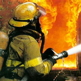 رجل إطفاء محتال.. يشعل الحرائق ليخمدها