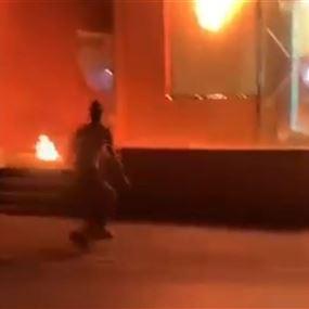 بالفيديو: إلقاء ثلاث قنابل مولوتوف على أحد المصارف في صور