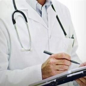 ينتحل صفة طبيب... يعاين المرضى ويجري عمليات جراحية!