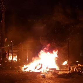 متظاهرون يضرمون النيران في استراحة صور (فيديو)