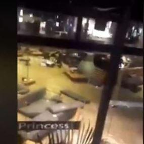 بالفيديو: المياه تبتلع مطعما مع زبائنه في مصر
