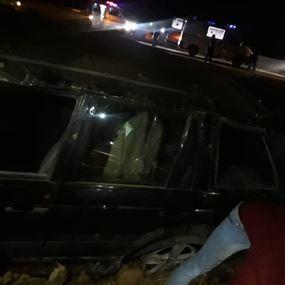اصطدمت سيارته بالفاصل الاسمنتي وانقلبت الى جانب الطريق