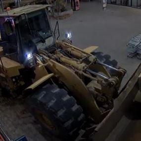 بالفيديو: إستقدم جرافة لسرقة آلة الـATM!