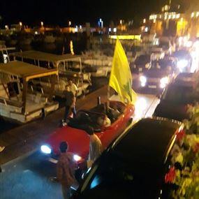 موكب سيارات يرفع اعلام حزب الله ونصرالله في جبيل
