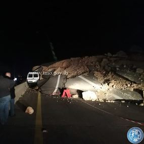 بالفيديو: إنهيار صخور على اوتوستراد صيدا وسقوط جريحين
