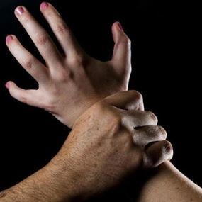جريمة مروعة.. 4 جناة اغتصبوا فتاة وصوروها عارية