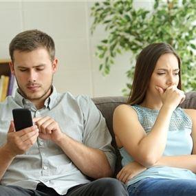 زوجك يقضي وقتاً طويلاً على جواله؟ الخيانة ليست السبب الأول!