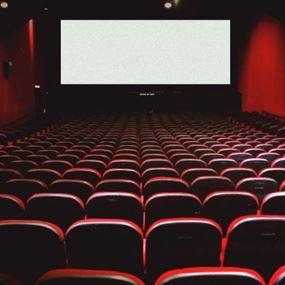 رجل يموت بعد أن عَلِقَ في أحد مقاعد السينما..