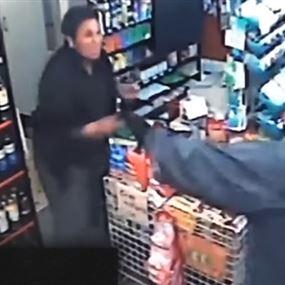 بالفيديو.. بائعة تصد سطواً مسلحاً بمفردها