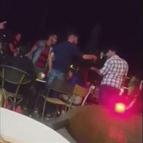 بالفيديو: تضارب وتقاذف بالكراسي.. في