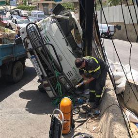 بالصور: جريح اثر انقلاب شاحنة في بكفيا