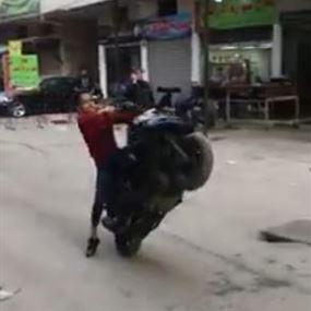 بالفيديو.. طفل يعرّض حياته وحياة المواطنين للخطر في حي السلم!