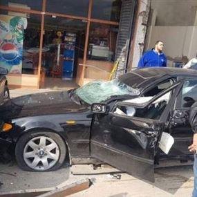 انحراف سيارة واصطدامها بأحد المحال التجارية وصدمها مواطنين