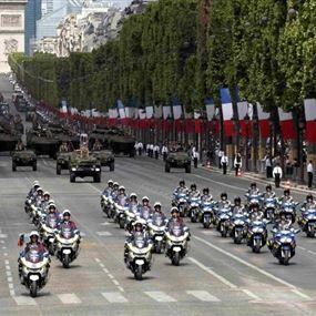 تصادم دراجتين ناريتين للشرطة الفرنسية أمام أعين ماكرون (فيديو)