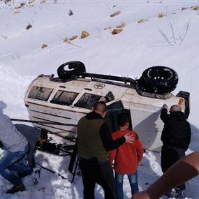 بالصورة: إنقلاب سيارتي رانج روفر بسبب الثلوج