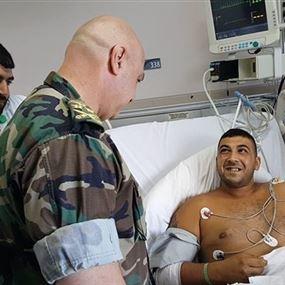 بالفيديو.. هذا ما قاله قائد الجيش لأحد الجنود الجرحى