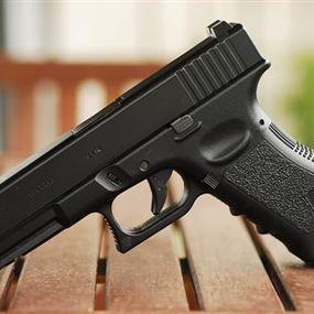 مسدس غلوك يقود ضابطاً ووالده الى المحكمة