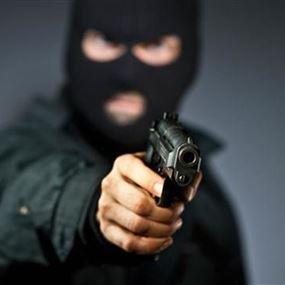 سرقوا سيارته وهاتفه ومبلغا من المال.. ثم أطلقوا سراحه