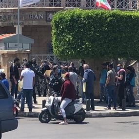 اعتصام أمام مصرف لبنان في صور