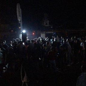 غليان في الشارع.. المتظاهرون يعتصمون امام منزل الصفدي