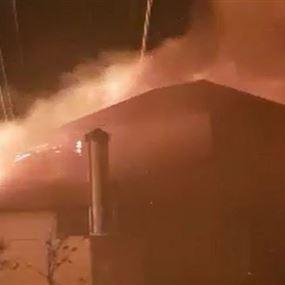 بالفيديو: حريق ضخم داخل أحد المباني السكنية في المنصورية