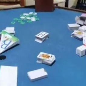 مداهمة شقة تجمّع فيها أشخاص للعب الميسر (فيديو)
