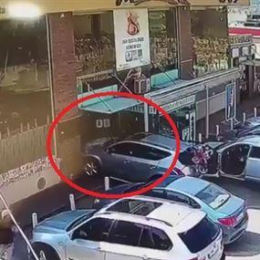 بالفيديو.. سيارة تجتاح الـ