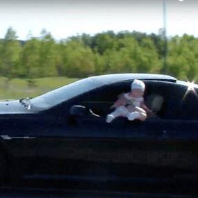 بالفيديو.. أب يستهتر بحياة طفلة رضيعة بإخراجها من شباك السيارة
